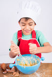 Le petit garçon faisant cuire la maison de gâteau a fait la boulangerie photo stock
