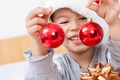 Le petit garçon heureux célèbrent des vacances de Noël à la maison, la nouvelle année o photographie stock libre de droits