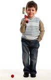 Le petit garçon heureux joue au mini golf Images stock