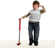 Le petit garçon heureux joue au mini golf Image libre de droits