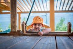 Le petit garçon jouant dans le terrain de jeu images libres de droits