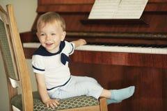 Le petit garçon joue le piano Image libre de droits