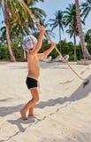 Le petit garçon joue sur la plage image stock