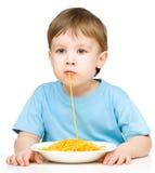 Le petit garçon mange des spaghetti photos libres de droits