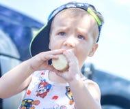 Le petit garçon mange la crème glacée, un enfant mange la crème glacée en parc images libres de droits