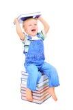 Le petit garçon mignon affiche un livre photographie stock libre de droits