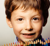 Le petit garçon mignon avec des crayons de couleur se ferment vers le haut du sourire illustration libre de droits