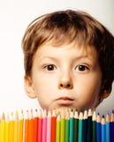Le petit garçon mignon avec des crayons de couleur se ferment vers le haut du sourire images libres de droits