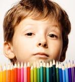 Le petit garçon mignon avec des crayons de couleur se ferment vers le haut du sourire photos stock