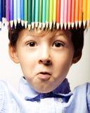 Le petit garçon mignon avec des crayons de couleur se ferment vers le haut du sourire illustration stock