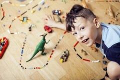 Le petit garçon mignon d'élève du cours préparatoire jouant le lego joue à la maison, concept d'enfants de mode de vie Photographie stock libre de droits