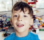 Le petit garçon mignon d'élève du cours préparatoire jouant le lego joue à la maison le sourire heureux, concept d'enfants de mod Images stock