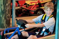 Le petit garçon mignon heureux vont dessus chariot photographie stock