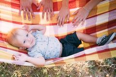 Le petit garçon mignon se situe dans un hamac et a l'amusement images libres de droits