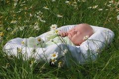 Le petit garçon (1 mois) dans un berceau Photo stock