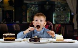 Le petit garçon ne peut pas croire sa chance Photo libre de droits