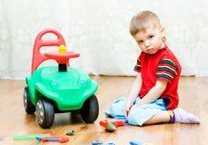 Le petit garçon ne peut pas réparer l'automobile Image libre de droits