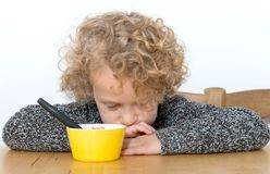 Le petit garçon ne veut pas manger image libre de droits