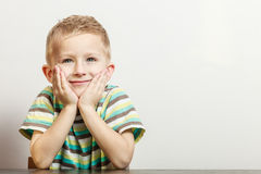 Le petit garçon ont l'amusement avec des gestes drôles Photos stock