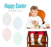 Le petit garçon peint des oeufs de pâques Photos stock