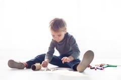 Le petit garçon peint un tableau des crayons photos libres de droits