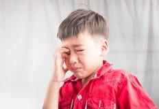 Le petit garçon punit à l'heure à la maison Photos stock