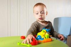 Le petit garçon répare l'automobile Photo libre de droits
