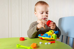 Le petit garçon répare l'automobile Images libres de droits