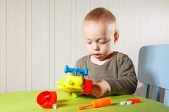 Le petit garçon répare l'automobile photos libres de droits