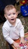 Le petit garçon rassemble des puzzles photo libre de droits