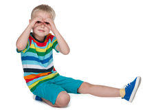 Le petit garçon regarde en avant image stock