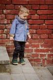 Le petit garçon seul marche sur l'escalier image stock