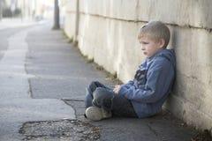 Le petit garçon seul s'assied à pathyway image libre de droits