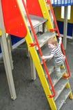 Le petit garçon sur le terrain de jeu Image libre de droits