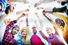 Le petit groupe d'amis joignent le concept de groupe de fête de vacances Photo libre de droits