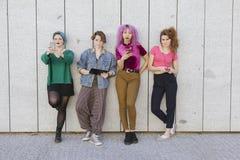 Le petit groupe de femmes de l'adolescence de diversité employant la technologie a isolé l'AG Image stock