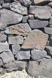 Le petit groupe, sèchent le mur en pierre construit de lave Image libre de droits