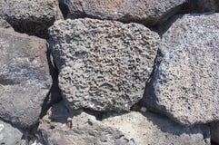 Le petit groupe, sèchent le mur en pierre construit de lave Photo stock