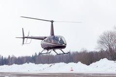 Le petit hélicoptère est arrivé à l'aéroport Photo libre de droits