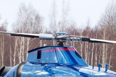 Le petit hélicoptère est arrivé à l'aéroport Images libres de droits