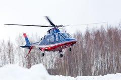 Le petit hélicoptère est arrivé à l'aéroport Photographie stock