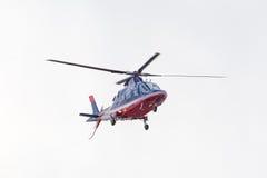 Le petit hélicoptère est arrivé à l'aéroport Photos libres de droits