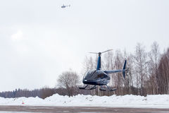 Le petit hélicoptère est arrivé à l'aéroport Photos stock