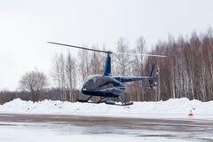 Le petit hélicoptère est arrivé à l'aéroport Image stock