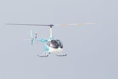 Le petit hélicoptère est arrivé à l'aéroport Photo stock