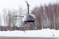 Le petit hélicoptère est arrivé à l'aéroport Images stock
