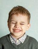 Le petit homme est étonné et si heureux à son sujet Photo stock