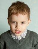 Le petit homme est étonné et si heureux à son sujet Photographie stock