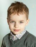 Le petit homme est étonné et si heureux à son sujet Photos stock
