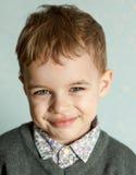 Le petit homme est étonné et si heureux à son sujet Images stock